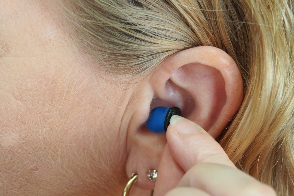 Jeune femme qui porte une prothèse auditive
