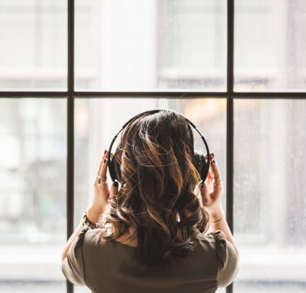 Jeune femme souffrant d'une perte d'audition